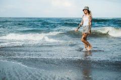 Femme tatouée marchant à la plage Image libre de droits