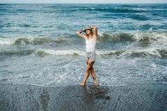 Femme tatouée marchant à la plage Images stock