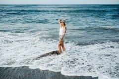 Femme tatouée marchant à la plage Photos stock