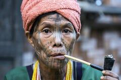 Femme tatouée par tribu de Chin (Muun) Images stock