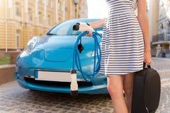 Femme tenant beaucoup de cables électriques Photo stock