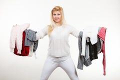 Femme tenant beaucoup l'habillement Photo libre de droits