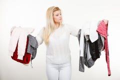 Femme tenant beaucoup l'habillement Photographie stock libre de droits