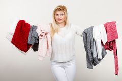 Femme tenant beaucoup l'habillement Images libres de droits