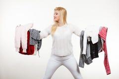 Femme tenant beaucoup l'habillement Photos libres de droits