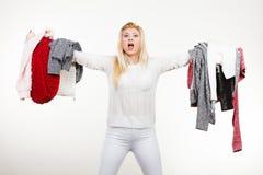 Femme tenant beaucoup l'habillement Image stock