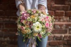 Femme tenant de belles fleurs Fille avec le bouquet de dans des ses mains closeup Photo stock