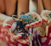 Femme tenant des bijoux devant le miroir photo libre de droits