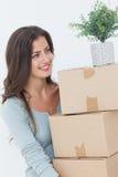 Femme tenant des boîtes parce qu'elle se déplace photos libres de droits