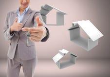 Femme tenant des clés avec des icônes de maison de maison devant la vignette Photos stock