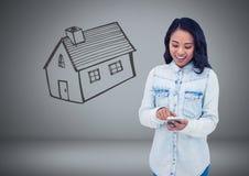 Femme tenant des clés avec le dessin de maison de maison devant la vignette Photos stock