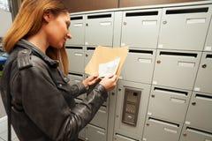 Femme tenant des enveloppes avec le copie-espace à un hall photo libre de droits