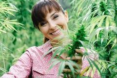 Femme tenant des fleurs de chanvre image libre de droits