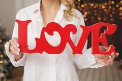 Femme tenant des lettres d'amour comme cadeau de valentines dans la chambre Photographie stock libre de droits