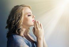Femme tenant des mains dans la prière image libre de droits