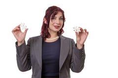 Femme tenant des morceaux de puzzle Photo stock