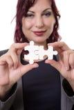 Femme tenant des morceaux de puzzle Photographie stock libre de droits