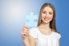 Femme tenant des morceaux de puzzle Photos libres de droits