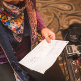Femme tenant des notes dans le studio d'enregistrement Image stock