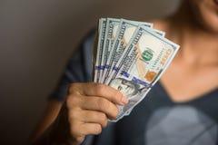 Femme tenant des notes des dollars US Image stock