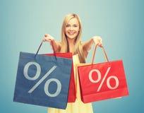 Femme tenant des paniers avec le signe de pour cent Photos stock