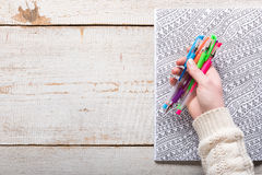Femme tenant des stylos de gel, livres de coloriage adultes, nouvelle tendance de recuit de stabilisation Image libre de droits