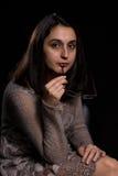 Femme tenant des verres Photographie stock