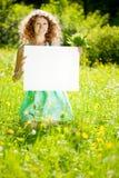 Femme tenant l'affiche vide blanche en parc d'été Photos libres de droits