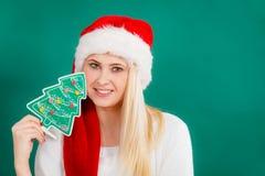 Femme tenant l'arbre de Noël décoratif photo stock