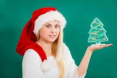 Femme tenant l'arbre de Noël décoratif photo libre de droits