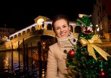 Femme tenant l'arbre de Noël près du pont de Rialto à Venise, Italie Photos stock
