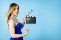 Femme tenant l'ardoise professionnelle de film photo stock