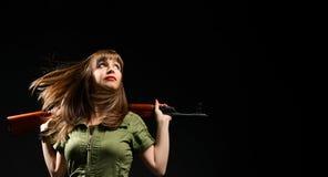 Femme tenant l'arme ? feu photographie stock libre de droits