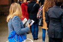 Femme tenant l'electorale de carte attendant au vote Photos stock