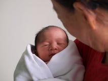 Femme tenant l'enfant nouveau-né Images libres de droits