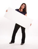Femme tenant l'enseigne diagonale Photographie stock libre de droits