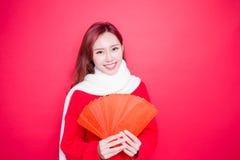 Femme tenant l'enveloppe rouge images stock