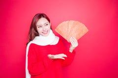 Femme tenant l'enveloppe rouge photographie stock libre de droits
