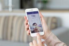 Femme tenant l'iPhone avec la transmission de messages et le service vocal Vib de client Photos stock