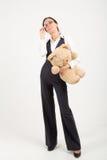 Femme tenant l'ours mol de jouet Photos stock