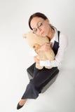 Femme tenant l'ours mol de jouet Images stock