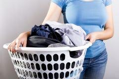 Femme tenant la blanchisserie sale images libres de droits