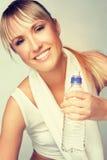 Femme tenant la bouteille d'eau image stock