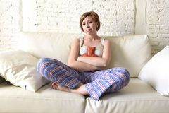 Femme tenant la bouteille d'eau chaude en douleur de souffrance blessante de crampe et de période d'estomac de ventre image stock