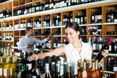 Femme tenant la bouteille de vin photo stock