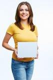 Femme tenant la carte de blanc Photo libre de droits