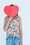 Femme tenant la carte de coeur Photos libres de droits