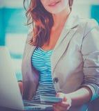 Femme tenant la carte de crédit sur l'ordinateur portable pour des achats en ligne image libre de droits