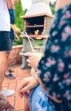 Femme tenant la cuisson en verre et d'amis de limonade Photographie stock libre de droits