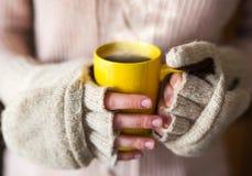 Femme tenant la fin de cuisson à la vapeur chaude de tasse de café vers le haut de la photo Photo stock